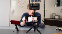 Vlog am Tisch mit Smartphone